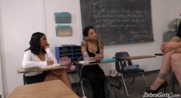 Гламурная училка устроила практическое занятие со студентками