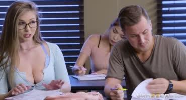 Юная преподавательница трахается на своем рабочем столе