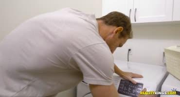 Юная девчонка трахается на стиральной машине с пареньком
