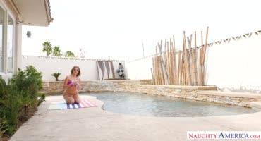 Пикантная девка оседлала стояк соседа у бассейна
