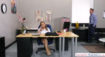 Босс во всю отымел свою сексапильную секретаршу в офисе