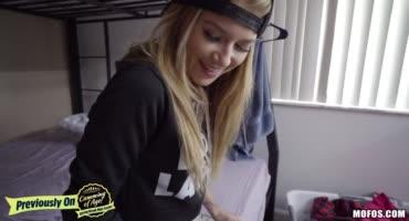 Симпатичная блондинка с подругой поласкали киски и дали трахнуть их соседу