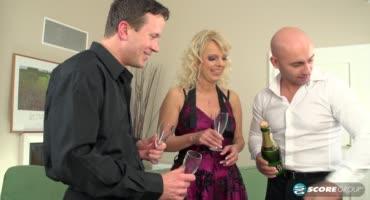 После шампанского зрелая проказница дает двум мачо сразу