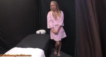 Возбуждающий массаж для блондинки в масле