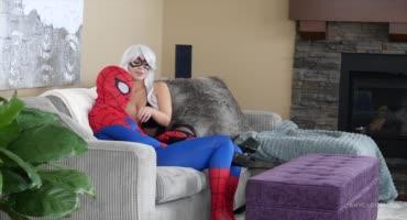 Жена отрывается на пенисе человека-паука и сосет его член