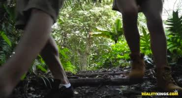 Парочка нашла тихое место в лесу для быстрого перепихона