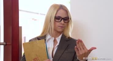 Блондинка была не против двух членов в ней