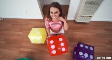 Девка любит играться с игрушками и пацан дает ей свой пенис