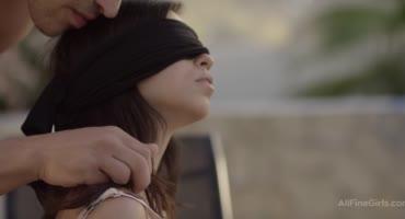 Завязал девушке глаза, трахнул в рот и поласкал киску