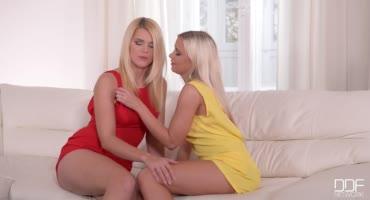 Длинноногие блондинки медленно разделись и начали вылизывать киски друг дружке