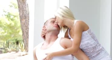 Парень уединился с безотказной блондиночкой