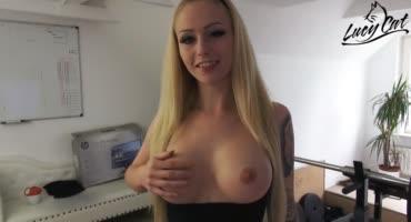 Блондинка помяла грудь, пососала член и дала в анал