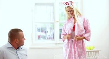 Миленькая медсестра захотела секса со своим пациентом