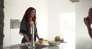 Рыжая Шона Ривер приготовила мужу еду и он поблагодарил ее сексом