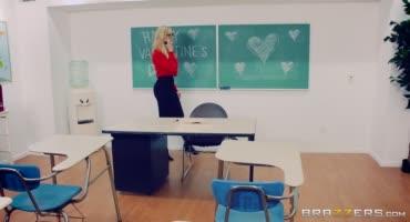 Плохая училка обработала школьный член на День Святого Валентина