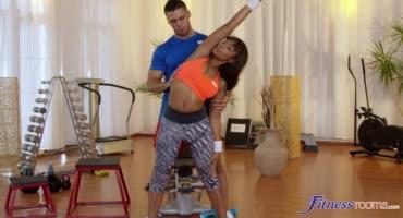 Потрахалась со своим тренером после упражнений на все группы мышц