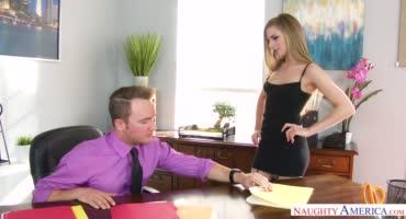 Юную девушку отодрали на столе и спустили на личико