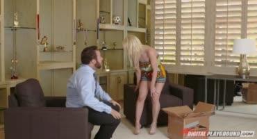 Блондинка-Аликс Линкс с узкой щелкой, но большой грудью изменяет мужу
