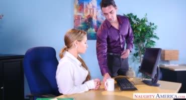 Секретарша пристала к новому работнику, так как захотела секса