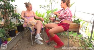 Две сестрички посадили огурчики, что бы потом собирать урожай
