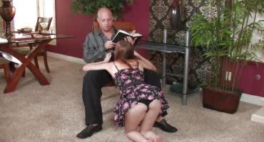 Юная девушка нежно надрачивает член ножками