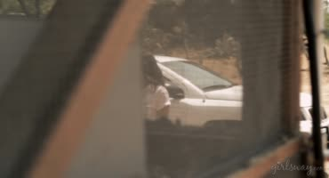 Дикарка жестко насилует бедную девушку в подвале