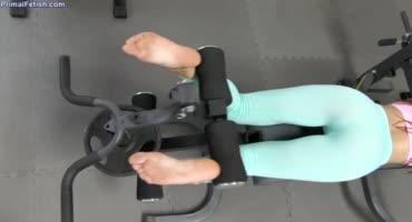 Тёлка как всегда качала свою попку, но решила подрочить ножками член тренера