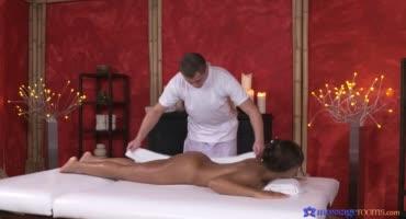 Мулатка пришла к массажисту на эротический сеанс