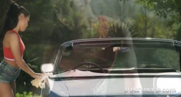 Красотка намокла не только от мойки машины но и от горячего члена