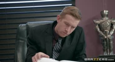 Начальник трахает свою секретаршу в офисе