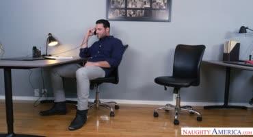 Офисный мачо не смог остаться равнодушным к новой горячей сотруднице