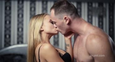 Худая блондинка занимается упоительным сексом с качком