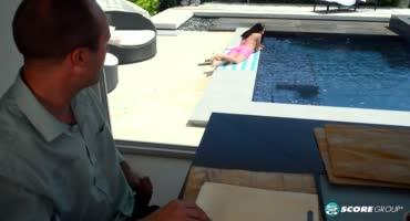 Каролина Свитс нежится на солнышке около бассейна и ждет волыну мужика