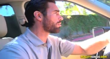 Таксист Чарльз Дера подвез сочную милфу и как следует трахнул ее дома