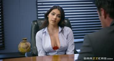 Секретарша сразу показала своё стремление быть в этой компании
