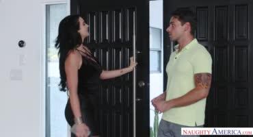 Сексуальная брюнетка любит, когда сосед заходит на пару палок
