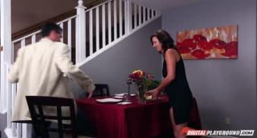 Молодая шлюха уводит трахаря мамы и даёт ему на лестнице