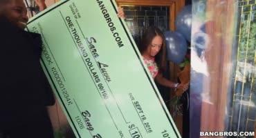 Сара Лувв выиграла крупную сумму денег, на радостях отдалась неграм