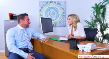 Телочка занимается сексом в офисе с коллегой по работе