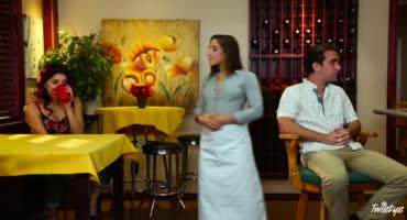 Официантка трахается с подругой и своим клиентом