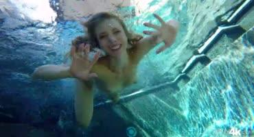 Веселые купания в бассейне окончились страстным трахом
