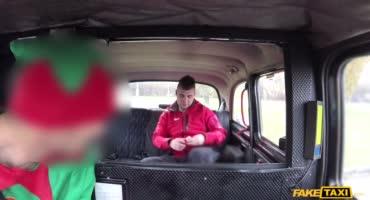 Два развратных ангелочка запрыгнули в машину к таксисту