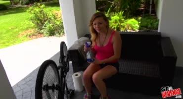 Гоняется за велосипедистами и хочет с ними трахнуться