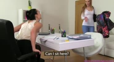 Замужняя девушка трахается с новой начальницей на собеседовании