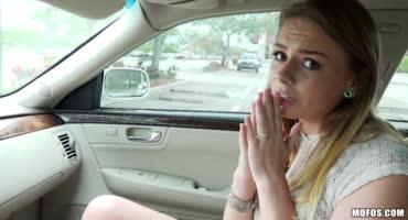 Милашку подвезли на машине и она отблагодарила сексом