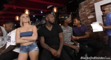 Блондиночка по ошибке зашла в бар, там где одни копчёные