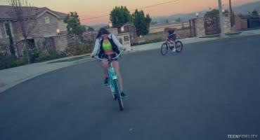 Мужик покатался с девушкой на велосипедах и жестко трахнул киску