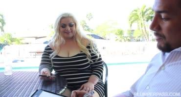 Ухоженная толстушка трахается с горячим парнем