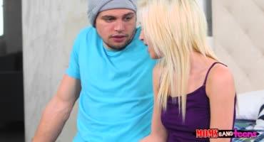Блондинка настояла на сексе вместо видеоигр