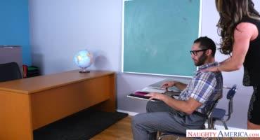 Нина Дольчи пользуется членом своего нерадивого студента